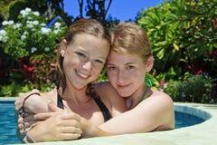 Verticale de deux jeunes amies Photo stock