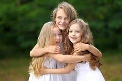Verticale de deux jeunes amies Photo libre de droits