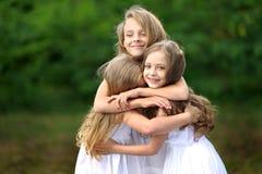 Verticale de deux jeunes amies Photos libres de droits