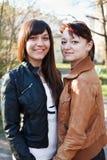 Verticale de deux jeunes belles femmes une amie Images stock