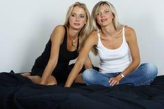Verticale de deux jeunes femmes Images libres de droits