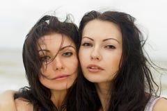 Verticale de deux jeunes femmes Photo stock