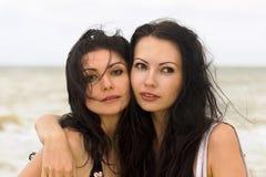 Verticale de deux jeunes femmes Image libre de droits