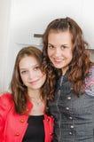 Verticale de deux jeunes femmes Photographie stock libre de droits