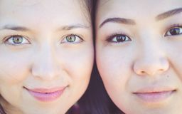 Verticale de deux jeunes femmes photographie stock