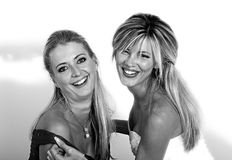 Verticale de deux jeunes femmes heureuses Image stock