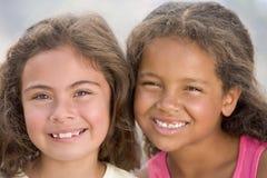 Verticale de deux jeunes filles Images stock