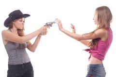Verticale de deux jeunes filles avec un canon Photos libres de droits