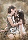 Verticale de deux petites filles Images libres de droits