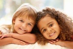 Verticale de deux petites filles Photos stock