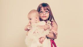 Verticale de deux petites soeurs Photo stock