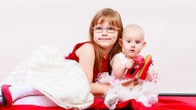 Verticale de deux petites soeurs Image libre de droits