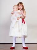 Verticale de deux petites soeurs Photos libres de droits