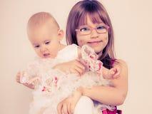 Verticale de deux petites soeurs Photographie stock