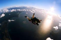 Verticale de deux skydivers dans l'action Photographie stock libre de droits