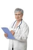 Verticale de docteur aîné avec la planchette Photographie stock libre de droits