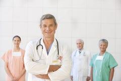 Verticale de docteur aîné avec le personnel Photo stock