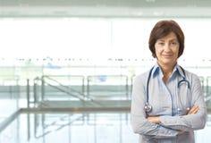 Verticale de docteur féminin aîné sur le couloir Photographie stock libre de droits