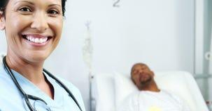 Verticale de docteur féminin de sourire banque de vidéos