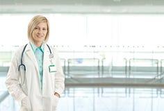 Verticale de docteur féminin sur le couloir d'hôpital Photo stock
