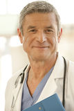 Verticale de docteur mâle de sourire Photographie stock libre de droits