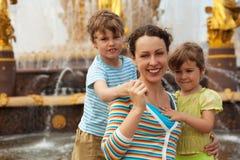 Verticale de famille contre la fontaine Photos stock