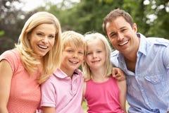 Verticale de famille détendant dans la campagne Images libres de droits