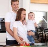 Verticale de famille dans la cuisine photo stock