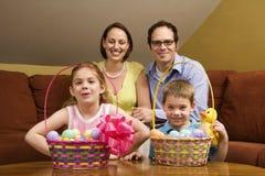Verticale de famille de Pâques. Photographie stock libre de droits