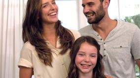 Verticale de famille heureuse banque de vidéos