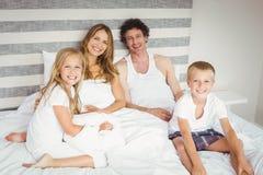 Verticale de famille heureuse se reposant sur le bâti Photo stock