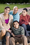 Verticale de famille hispanique à l'extérieur Photo libre de droits