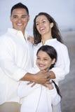 Verticale de famille hispanique ensemble sur la plage Images libres de droits