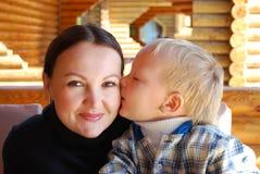 Verticale de famille l'enfant embrassant la momie photos stock