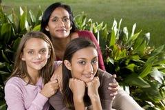 Verticale de famille, mère avec de beaux descendants photos stock