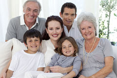 Verticale de famille sur le sofa Photos stock