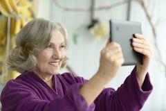 Verticale de femme âgée Image libre de droits