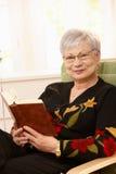 Verticale de femme âgée avec le livre Photo stock