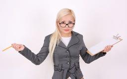 Verticale de femme étonnée d'affaires en glaces Photo stock