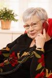 Verticale de femme aîné à l'appel téléphonique Images stock