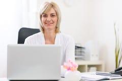 Verticale de femme aîné heureux d'affaires au bureau Image libre de droits