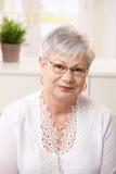 Verticale de femme aînée à la maison Image libre de droits