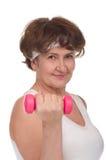 Verticale de femme aînée avec des dumbells Images libres de droits