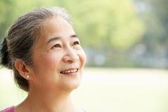 Verticale de femme aînée chinoise attirante Image libre de droits