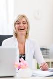 Verticale de femme aînée d'affaires au bureau Images stock