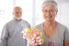 Verticale de femme aînée de sourire photos stock