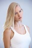 Verticale de femme assez blonde image stock