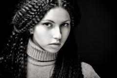 Verticale de femme assez jeune avec le cheveu bouclé Image libre de droits