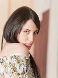 Verticale de femme attirante de brunette Photographie stock libre de droits