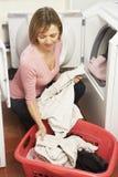 Verticale de femme au foyer faisant la blanchisserie photos libres de droits